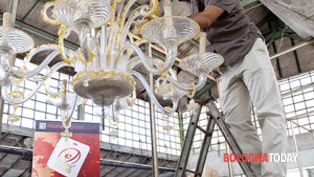tra arte, artigianato e solidarietà: i lavori di restauro dei lampadari del comune di sant'agostino sopravvissuti al terremoto.-5