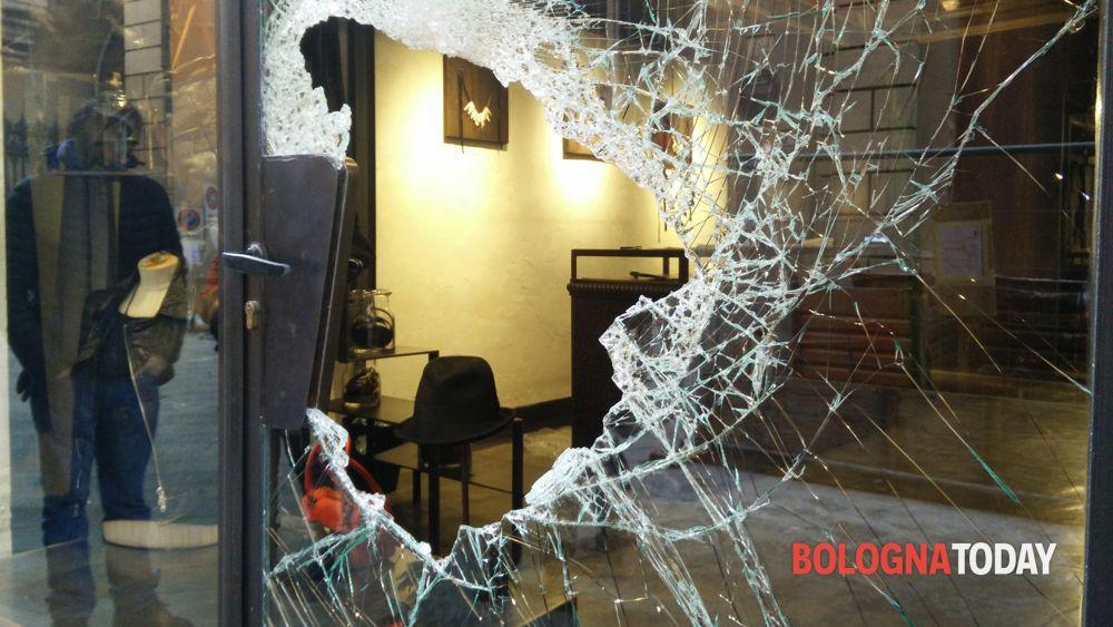 online store af33f 7a8ed Via Oberdan, furto con spaccata: