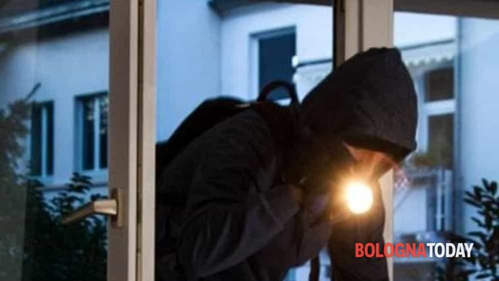 Sente i ladri in casa e chiama il 112: il malvivente si nasconde dietro una tenda