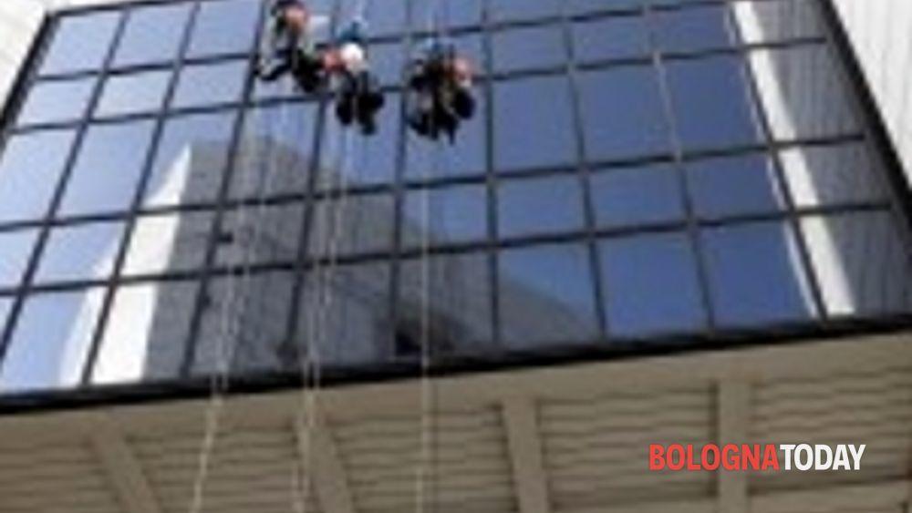 a bologna arrivano gli spiderman di ediliziacrobatica guidati da un giovane imprenditore-2