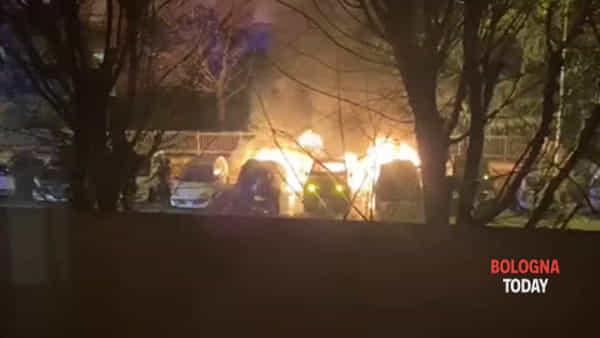 VIDEO| San Lazzaro: incendio nella notte, a fuoco 3 auto in via Kennedy