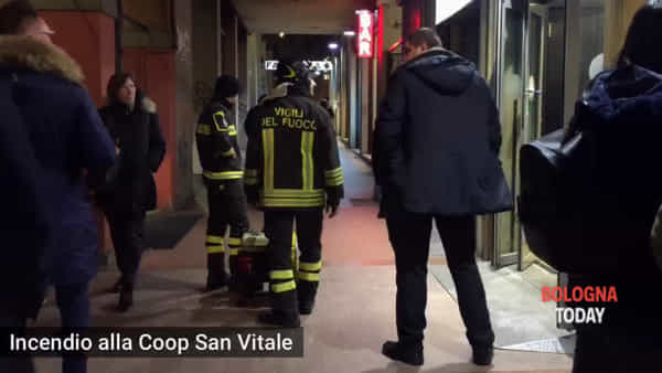 VIDEO| Incendio in via San Vitale, evacuata la Coop