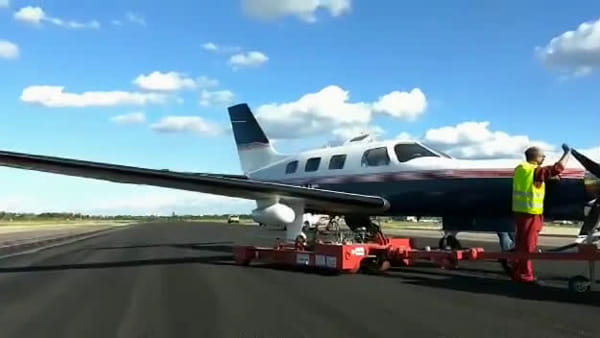 VIDEO|Stop voli al Marconi: piper trascinato fuori pista