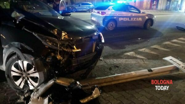 Incidente in via Andrea Costa: non si ferma all'alt e si schianta, al volante una minorenne