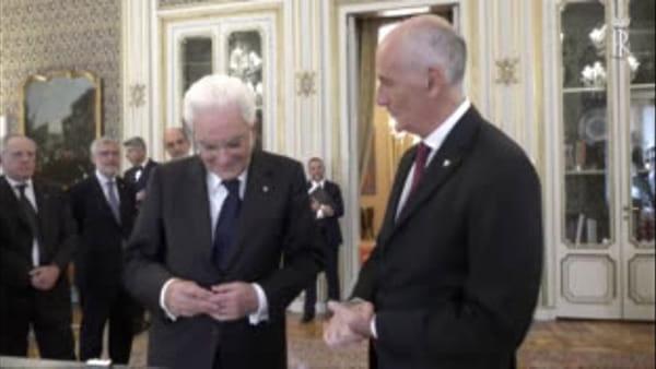 """Il presidente Mattarella scopre i nuovi """"gradi"""" della Polizia"""