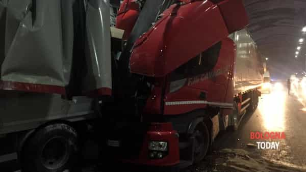 Incidente in A1: camion si tamponano in galleria, due feriti: traffico e code