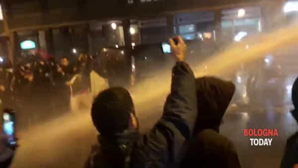 VIDEO |Corteo vs Salvini: tensione con la polizia, sparati idranti sui manifestanti