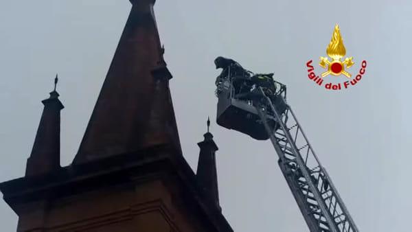Castenaso, il maltempo danneggia la croce del campanile: rimossa dai vigili del fuoco | VIDEO