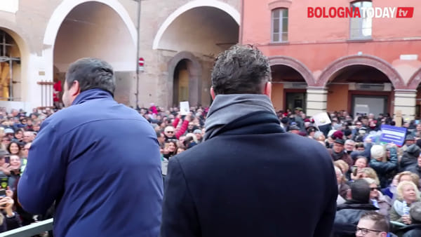 "Salvini in piazza a Imola: ""Convincete gli indecisi"". Le sardine lo contestano 