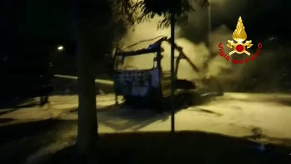 VIDEO| Incendio in via Lianori: camper distrutto dalle fiamme