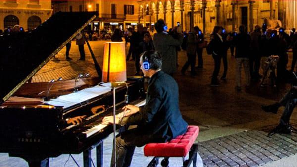 Concerto nel silenzio della notte su un pianoforte silenzioso in Piazza Santo Stefano