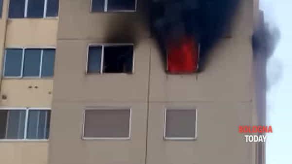 Incendio a Castel Maggiore: fiamme in palazzina, evacuati 12 appartamenti | VIDEO