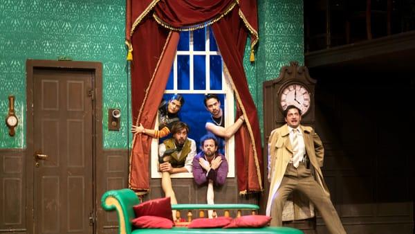 """""""Che disastro di commedia"""": scenografia che implode e attori strampalati..."""