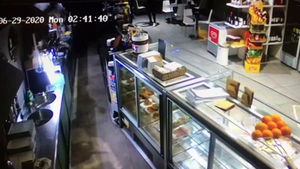 Carabiniere investito dai ladri: le immagini dei malviventi in azione | VIDEO
