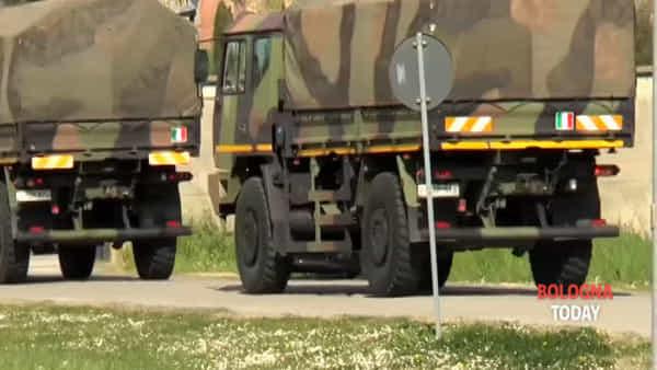 Coronavirus, camion militari trasportano bare al forno crematorio di Borgo Panigale | VIDEO