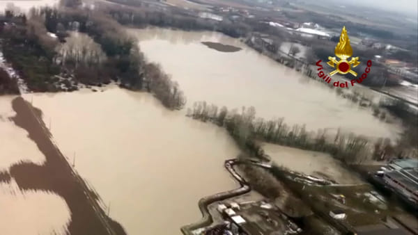 Il Reno rompe gli argini: le immagini dall'elicottero | VIDEO