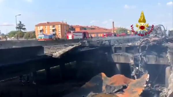 VIDEO - Cisterna esplosa dopo incidente in A14: le immagini del ponte crollato