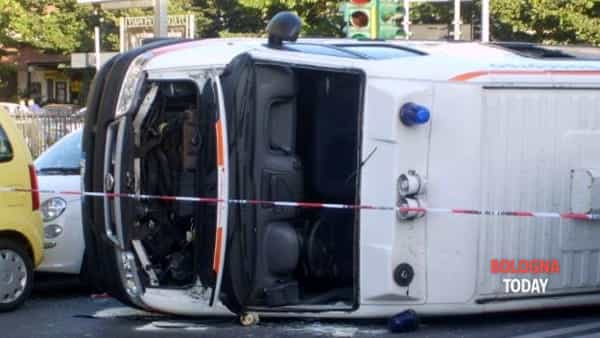 Incidente in via Emilia Levante: ambulanza si ribalta all'incrocio