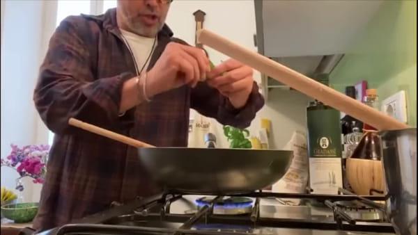 Orecchiette con salsiccia, fonduta e basilico: la ricetta di Chef Barbieri per l'Antoniano | VIDEO