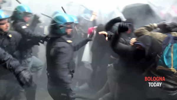 VIDEO| Contestazioni a Forza Nuova, scontri in centro: la polizia carica