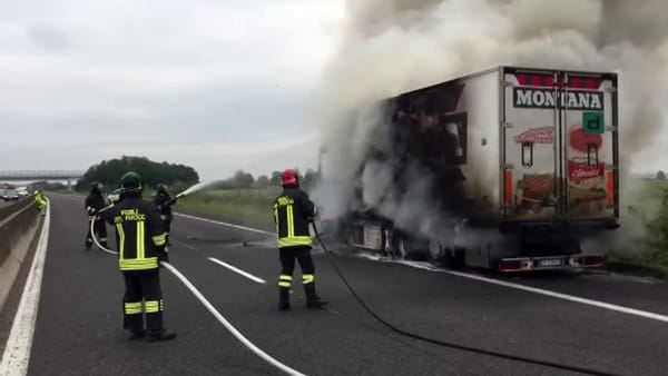 Incendio in A13, camion prende fuoco mentre viaggia - VIDEO