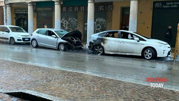 Incendio in via San Felice: bruciano due auto