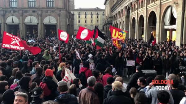VIDEO| Comizio Forza Nuova: contro-manifestazione in Piazza Maggiore