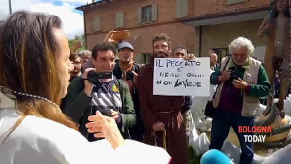 VIDEO| Caos e contestazioni durante il rito dell'esorcista nella fontana di Vergato