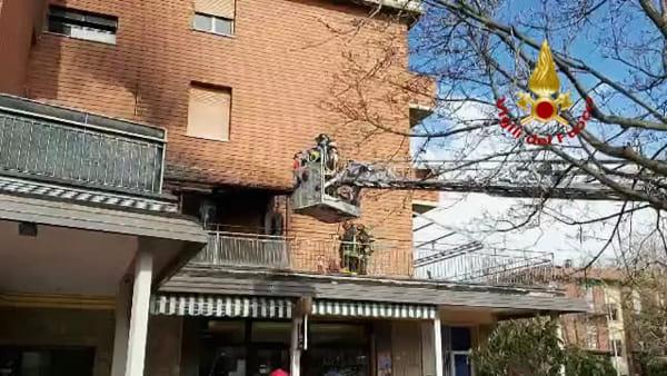 Incendio su terrazzo a Castel San Pietro: danneggiati tubi del gas, 5 in ospedale |VIDEO