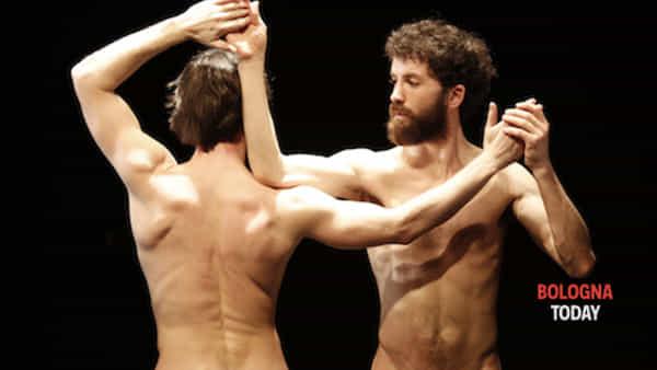 """""""Sons of Sissy"""": 4 uomini in costume (e senza) suonano e danzano"""