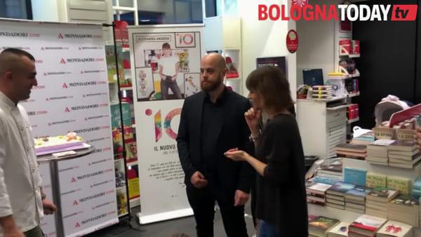 Centinaia in via D'Azeglio per '10' di Alessandra Amoroso - VIDEO