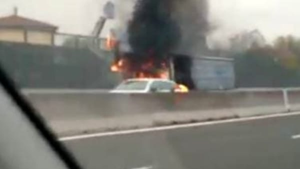 Incidente in A1: camion si incendia in autostrada, traffico in tilt