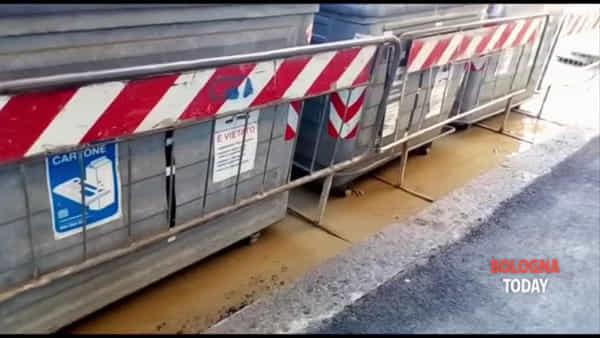 Tubo rotto in via Sigonio: altra perdita di acqua, 40 edifici a secco, slittano i tempi | VIDEO