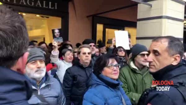 Regionali, Salvini contestato dalle Sardine in piazza a Imola | VIDEO