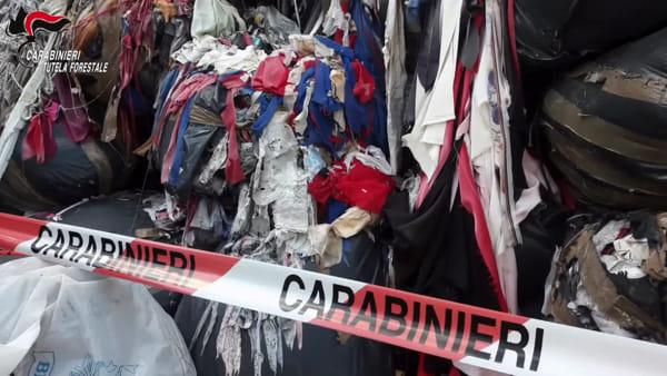 Rifiuti speciali stipati in anonimi capannoni, scoperte 24 discariche abusive del tessile | VIDEO