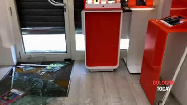 Vetrina sfondata con tombino, negozio devastato dai ladri | VIDEO