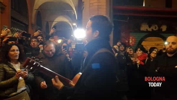 Diodato improvvisa un mini-concerto davanti ai fan - VIDEO