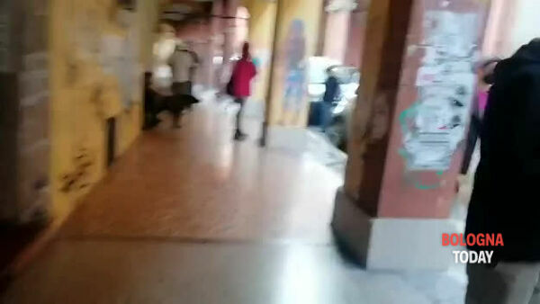 Situazione in zona universitaria, calca e poche mascherine - VIDEO