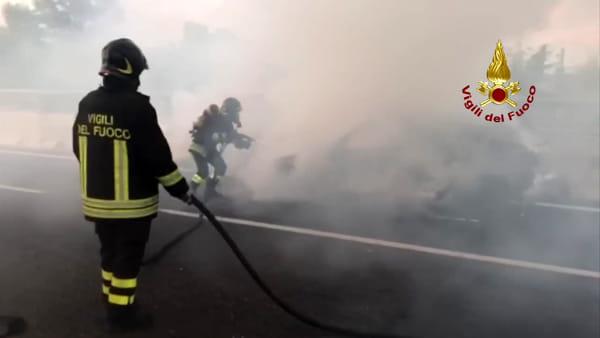 VIDEO| Auto in fiamme sulla A14