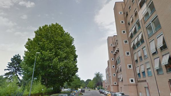 Via Biancolelli: donna cade dal balcone del secondo piano