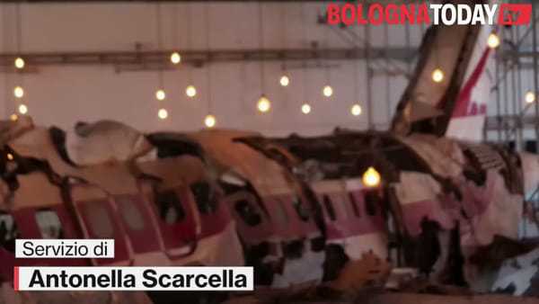 81 specchi e 81 voci, brividi sulla pelle: così si ricorda la strage di Ustica | VIDEO