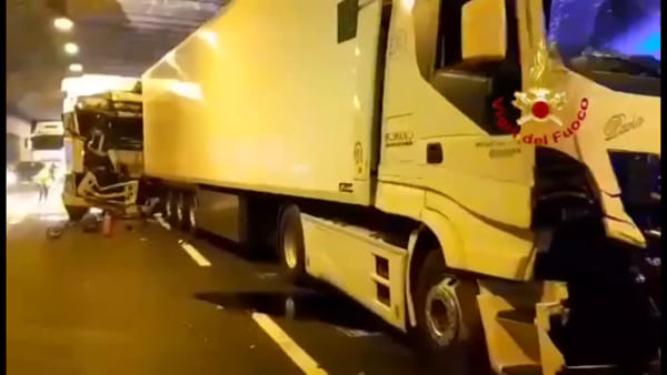 VIDEO| Incidente sulla A1: camion si scontrano in galleria