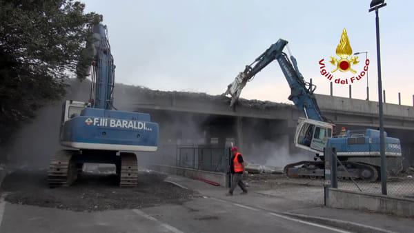 Incidente Bologna, ruspe al lavoro per demolire il ponte danneggiato dall'esplosione