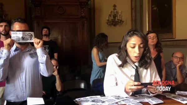 Sgombero Xm24, irruzione in consiglio comunale | VIDEO
