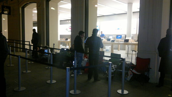 Via Murri: fanno un buco nel muro e rubano computer Apple ...