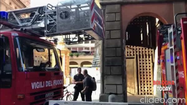 VIDEO| Turista si sente male sulla Torre degli Asinelli