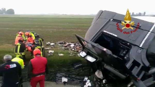 VIDEO| Camion si ribalta e finisce in un canale sulla A13