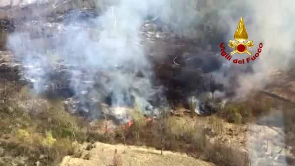Grosso incendio boschivo a San Benedetto Val di Sambro | VIDEO