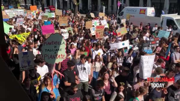 Sciopero contro il riscaldamento globale, il corteo sfila in viale Masini | VIDEO