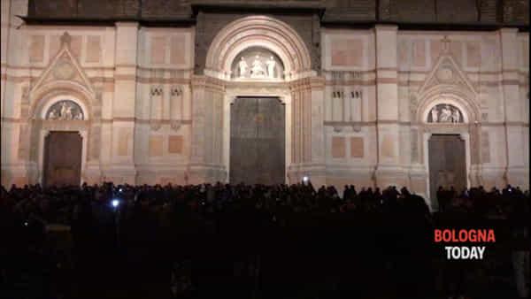 In piazza Maggiore a cantare De André - VIDEO